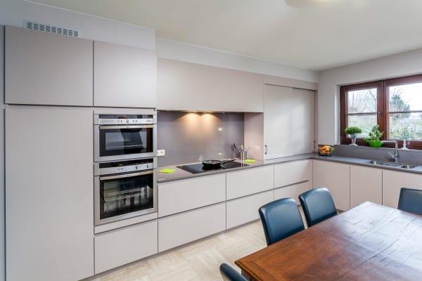 Greeploze keuken met lage plint – Heusden
